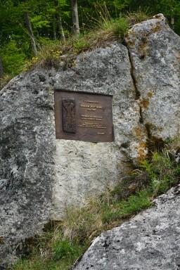 Gedanktafel für Joachim Hahn dem wichtigsten Ausgräber am Geißenklösterle, die Figur ist einer seiner wichtigsten Funde der sogenannte Adorant