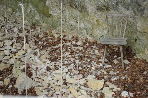 Mit den Senkbleien wurden die Funde verortet .Der Stuhl symbolisiert den Grabungsleiter