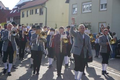 Volker Pflügner, der Dirigent des MV Sontheim dirigierte und navigierte die 8 Kapellen des Römersteintreffens auf dem Marsch zum Sontheimer Jubiläumsfestzelt