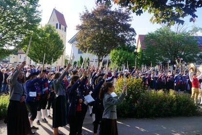 Nach der gemeinsam angstimmten Deutschen Nationalhymne reckten die Musiker ihre Instrumente in die Luft wie man es sich zu Gründungszusammenkünften der Nation, wie etwas dem Hambacher Fest vorstellte